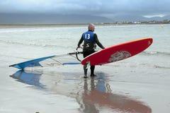 Windsurfers que consiguen listos para ir y para practicar surf Fotografía de archivo