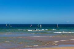 Windsurfers surfuje ocean fala na słonecznym dniu Zdjęcie Royalty Free