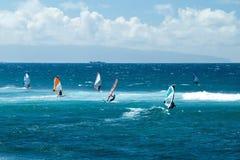 Windsurfers w wietrznej pogodzie na Maui wyspie zdjęcia royalty free