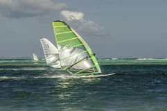 Windsurfers in winderig doorstaat Stock Foto