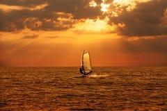 Windsurfersegeln im Meer Stockbild