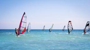Windsurfing żegluje na błękitnym morzu Fotografia Royalty Free