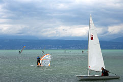 Windsurfing και ναυσιπλοΐα με τη λίμνη Γενεύη, Ελβετία Στοκ Φωτογραφία