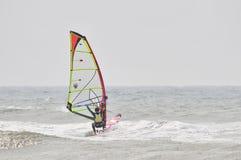 Windsurfing στον ψεκασμό. Στοκ Εικόνα