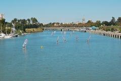 Windsurfing bij de rivier van Sevilla Stock Foto's