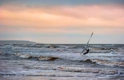 Windsurfing bij zonsondergang Stock Afbeelding
