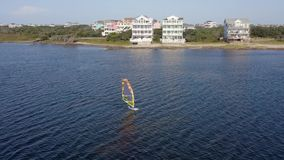 windsurfing Débutant de sportifs 4K banque de vidéos