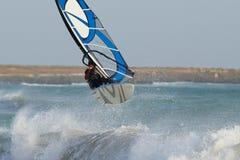 Windsurfing dans de grandes ondes Images libres de droits