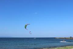Windsurfing in das Meer stockfotografie