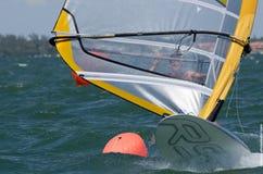 Windsurfing def. van mensen bij de 2013 Varende Kop van de Wereld ISAF in M Stock Afbeelding