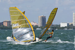 Windsurfing def. van mensen bij de 2013 Varende Kop van de Wereld ISAF in M Royalty-vrije Stock Foto
