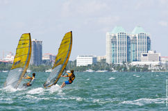 Windsurfing def. van mensen bij de 2013 Varende Kop van de Wereld ISAF in M Stock Afbeeldingen