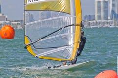 Windsurfing def. van mensen bij de 2013 Varende Kop van de Wereld ISAF in M Royalty-vrije Stock Foto's