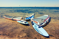 Windsurfing deskowy lying on the beach na bankach ujście Zdjęcia Stock