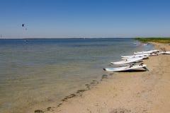 Windsurfing deskowy lying on the beach na bankach ujście Obrazy Stock