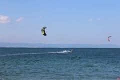 Windsurfing in het overzees Stock Foto