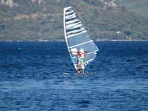 Windsurfing in het overzees windsurfer stock afbeelding