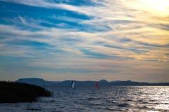 Windsurfing in Meer Balaton Stock Afbeelding