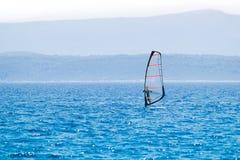 Windsurfing na błękitnym morzu Obrazy Royalty Free