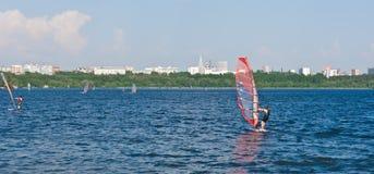 Windsurfing na cidade fotos de stock royalty free