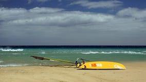 Windsurfing na Risco Del Paso plaży, Fuerteventura, wyspy kanaryjska Zdjęcie Royalty Free