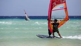 Windsurfing na Risco Del Paso plaży, Fuerteventura, wyspy kanaryjska Obrazy Stock