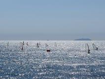 Windsurfing no mar Silhuetas dos Windsurfers imagens de stock royalty free