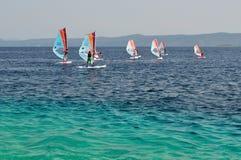Windsurfing op de rat van strandZlatni (Gouden Kaap) stock afbeeldingen