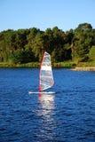 Windsurfing op een meer Stock Fotografie