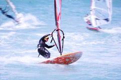 Windsurfing op een strand Royalty-vrije Stock Afbeeldingen