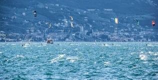 Windsurfing op Meer Garda, Italië stock foto