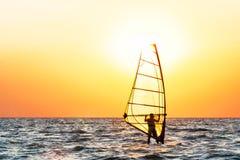 Windsurfing przy zmierzchem Fotografia Stock