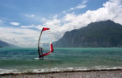 Windsurfing su un lago Immagini Stock