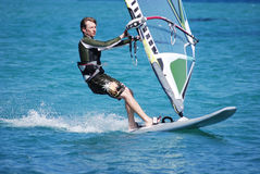 Windsurfing sul movimento Fotografie Stock Libere da Diritti