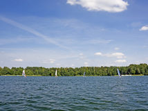 Windsurfing sur le lac Photo stock