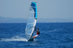 Windsurfing sur le mouvement Photos stock