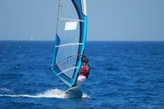 Windsurfing sur le mouvement Photographie stock libre de droits