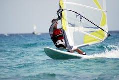 Windsurfing sur le mouvement Images libres de droits