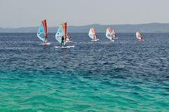 Windsurfing sur le rat de Zlatni de plage (cap d'or) Images stock
