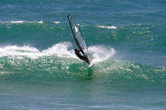 Windsurfing un'onda Immagine Stock