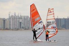 Windsurfing unosić się na morzu Zdjęcie Royalty Free