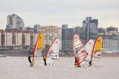 Windsurfing unosić się na morzu Zdjęcie Stock
