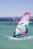 Windsurfing: Windsurfer στις καλοκαιρινές διακοπές Στοκ Εικόνες