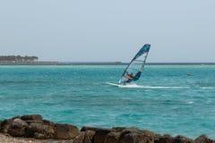 Windsurfing, windsurfer jonge mens op een windsurf royalty-vrije stock foto's