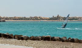 Windsurfing, windsurfer jonge mens op een windsurf op een overzees stock fotografie