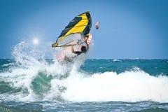 Windsurfingssprongen uit het water Royalty-vrije Stock Afbeeldingen