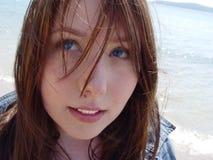Windswept Frau durch Meer lizenzfreies stockfoto