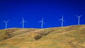 Windtubines voor een duidelijke hemel Stock Foto's