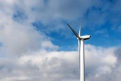 windturbine在蓝色多云天空的能量发电器被隔绝的剪影在一个风力场在德国 免版税库存照片