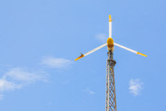 windturbine看法导致与清楚的蓝天的可选择能源 库存照片